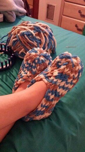 Meus novos chinelos feitos em um tear 24 peg .. tão fácil :) #pinkmilis - Knitting Journal