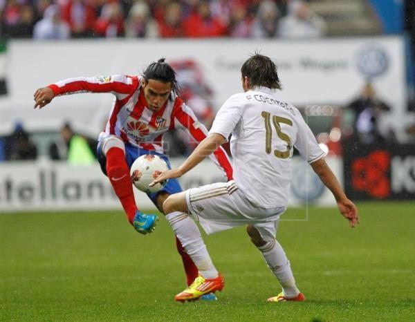 El jugador del Real Madrid, el portugués Fabio Coentrao (d) y el exjugador del Atlético de Madrid, el colombiano Radamel Falcao (i). EFE/Archivo