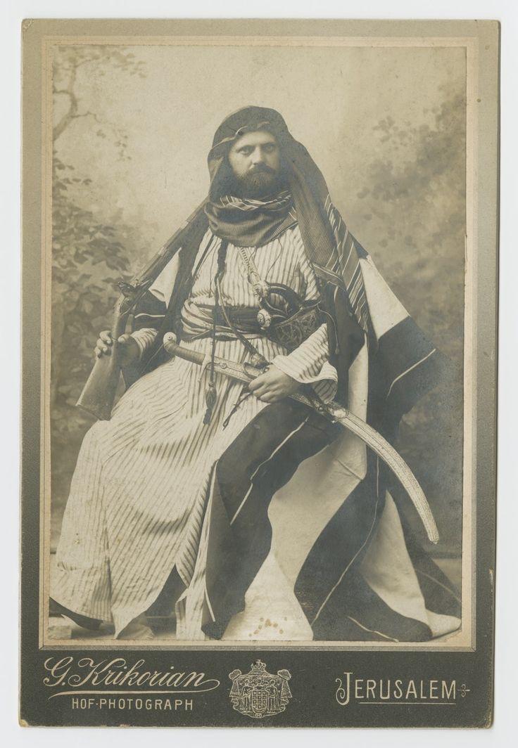 Portret mężczyzny w stroju arabskim, Jerozolima, pocz. XX wieku