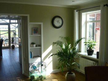 Oud groen geeft deze woonkamer een sjieke uitstraling die for Bruin grijs interieur