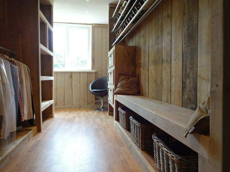 Inloopkast van steigerhout // scaffold walk in closet