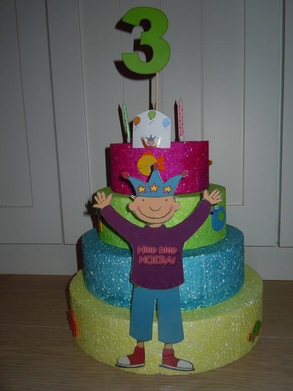 Jules taart om verjaardag van kleuters te vieren