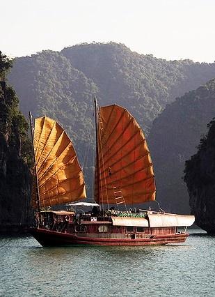 Cruising Ha Long Bay (Vịnh Hạ Long), Vietnum
