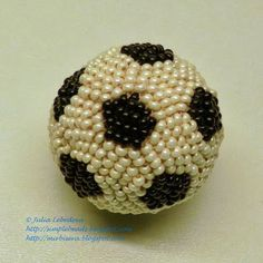 A football (soccer ball) out of beads - free pattern with detailed tutorial