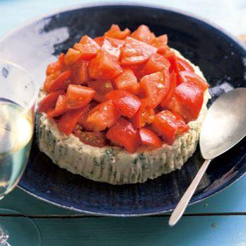 ポテトサラダの上に、フルーツトマトのマリネをトッピング!