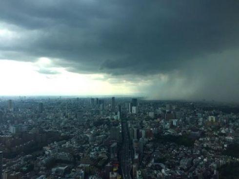 六本木ヒルズ展望台から撮影されたゲリラ豪雨の瞬間