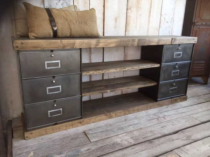 un meuble tv r alis avec des blocs de tiroirs m talliques et des planches de bois d co diy. Black Bedroom Furniture Sets. Home Design Ideas