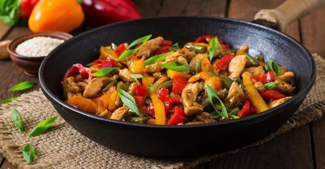 Recette de Poêlée de poulet et poivrons brûle-capitons façon fajitas. Facile et rapide à réaliser, goûteuse et diététique.