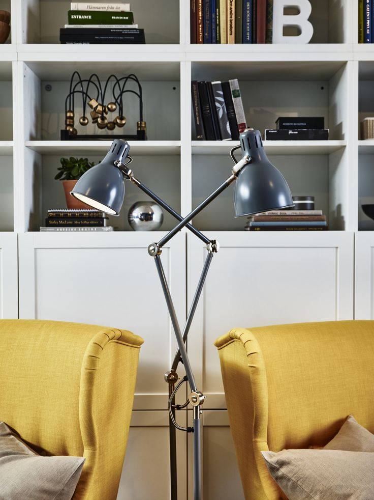 ARÖD lamp | IKEA IKEAnl IKEAnederland inspiratie wooninspiratie interieur wooninterieur designdroom leeslamp staand verlichting licht grijs lamparm kap verstelbaar woonkamer slaapkamer STRANDMON fauteuil geel