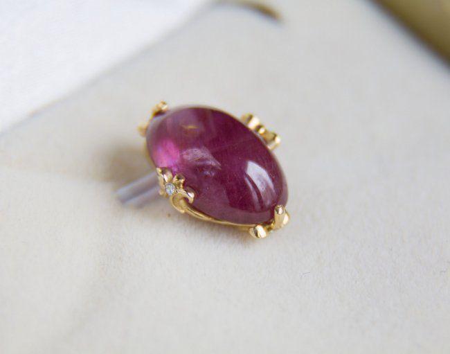 9.24 ct. ruby gouden hanger met diamant. Grootte: 159 x 118 mm.  geen reserve   Gouden hanger met natuurlijke Robijn en diamantTotaal gewicht: 2.63 g.Gouden gewicht: 0.7 g.Goud - gele kleur hallmarked 585 (14k goud)Grootte: 159 x 118 mm.Centrale steen: RubyCut: Ovale cabochonGewicht: 9.24 ct.Afmeting: 14 x 9.2 x 69 mm.Kleur: roodDuidelijkheid: doorschijnendBehandeling: Verbeterde clarity(LGF)Oorsprong: MadagaskarDiamanten: 4 diamanten ronde knippen G/VS1 1 mm 0016 ct. totaal.Aangetekend met…