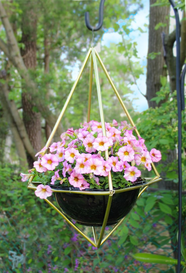 best 25 hanging basket stand ideas on pinterest diy wood projects diy wood planters and. Black Bedroom Furniture Sets. Home Design Ideas
