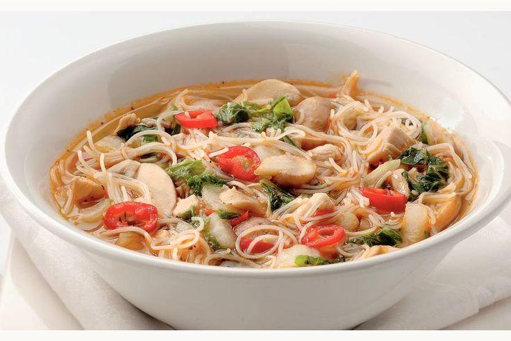 Kijk wat een lekker recept ik heb gevonden op Allerhande! Thaise soep met kip en miehoen