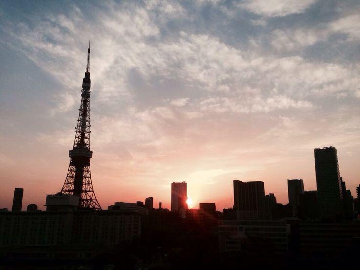 東京タワー夕景。六本木ヒルズに落ちる太陽。