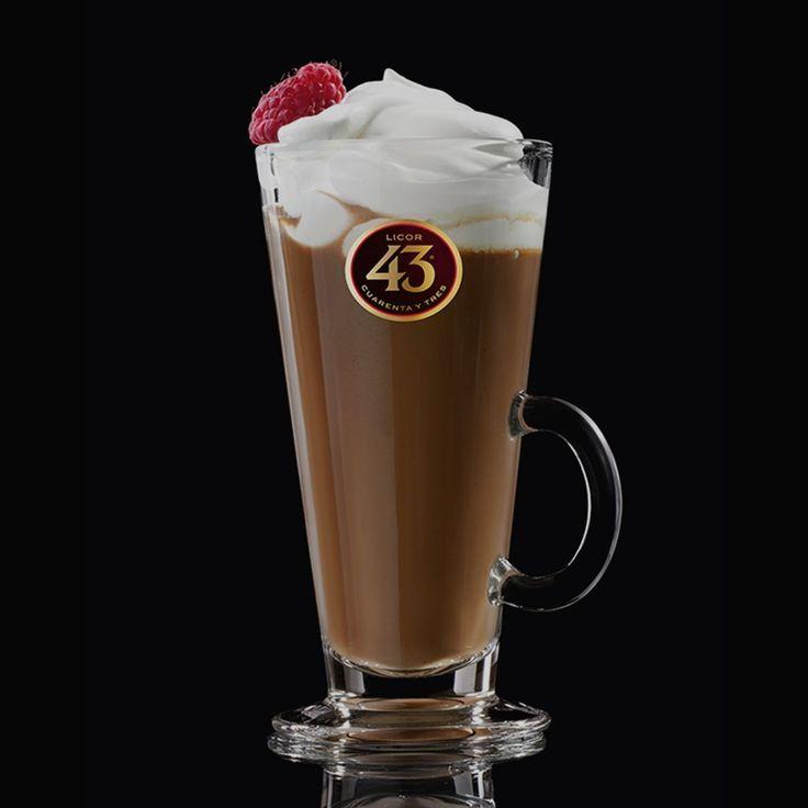 Probeer Choco Glow 43. Een hartverwarmende koffielikeur gemaakt van espresso, warme chocomel en een flinke toef slagroom om het helemaal af te maken.