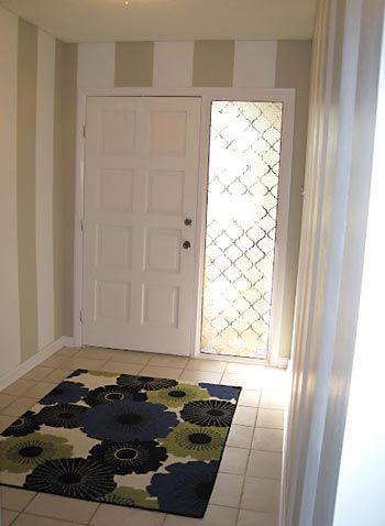 Porta com lateral de vidro decorada com plástico adesivo