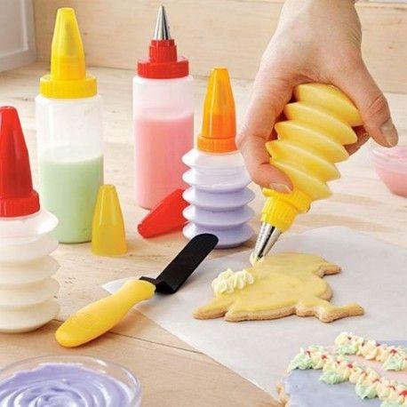 11 parçadan oluşan Kurabiye ve Pasta Dekorasyon seti ile pastalarınıza ve kurabiyelere şahane süslemelerle kendi zevkinizi katabilirsiniz.  Süsleme setinde 11 parça bulunmaktadır. Yaratıcılığınızı konuşturmanın ve zaten lezzetli olduğuna inandığımız kurabiyelerinize görsel olarak da katkıda bulunun. Ofisimize kurabiye gönderenlere ürün hediyemiz :)  http://hugsepet.com/hamur-isi-pastacilik/259-kurabiye-ve-pasta-dekorasyon-seti-11-parca.html