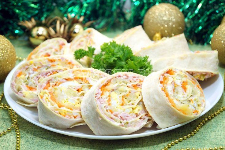 """Snack """"Olivier-roll""""  """""""" Olivier-roll """"salada maravilhoso aperitivo para a mesa de Ano Novo, só não ficar até o final do feriado."""" O tempo de cozimento de 20 minutos     ingredientes:  salsicha fervida –  100 g  batatas –  2 pcs  ovos –  2 pcs  pepinos marinados –  2..."""