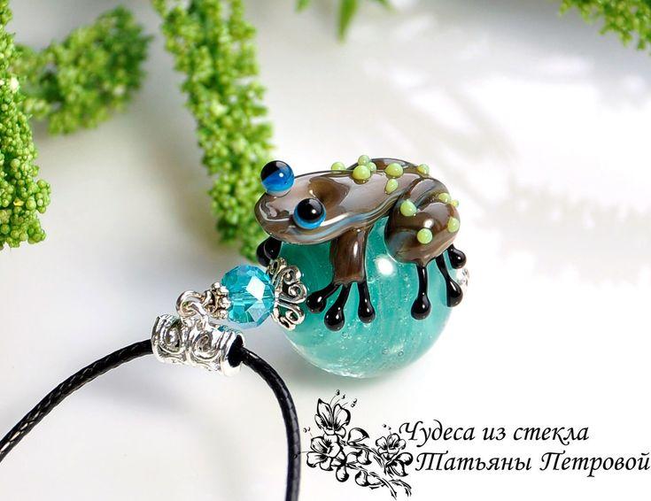 """Кулон """"Бемби"""", лэмпворк – купить в интернет-магазине на Ярмарке Мастеров с доставкой - F7V9FRU #лягушка, #кулонлэмпворк, #frog #fusedglass #fusedglassjewelry №glassjewelry #фьюзинг #стеклянныйкулон #бижутерия #украшения #купитькулон"""