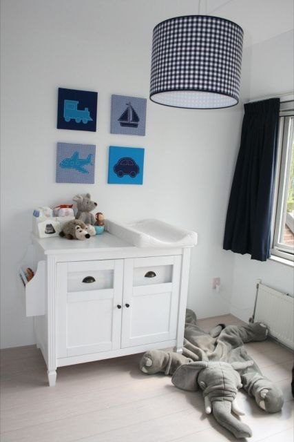 Stoere #babykamer voor jongen in blauw  -  #Nursery room for a boy in blue  #kinderschilderijen www.dekleineauto.nl/kinderschilderijen