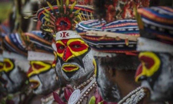 Hábito de comer cérebros humanos protegeu tribo da Oceania de desenvolver doenças cerebrais    Depois de muitos morrerem devido à prática, alguns membros criaram resistência genética até a certos tipos de demência