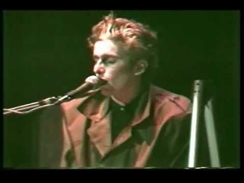 """Tiempos de los Abuelos de la Nada. Un joven Andres Calamaro Interpretando la canción """"Sin Gamulan"""" 1985"""