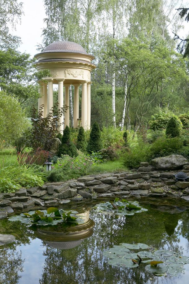 Rotunda in the suburban garden project of Il Nature. That is one heck of a garden...!