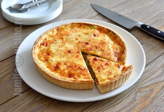 Tarta cu pui sau quiche cu pui, asa cum este numita de francezi este un preparat extrem de gustos si foarte usor de adaptat conform propriilor gusturi.