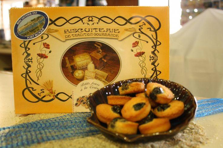 """""""Biscuiterie du Fort Bloqué"""". Dans un chaleureux décor marin, retrouvez plus de 20 spécialités de biscuits : le palet breton, la galette au beurre de baratte et le désormais célèbre """"Crakou"""" au caramel."""