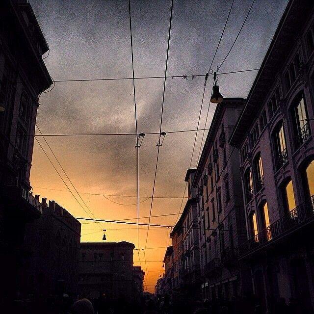 Via Rizzoli all'alba