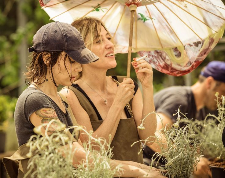 Non fa tempo ad arrivare Donatella (Micaela Ramazzotti) che subito viene avvicinata da Beatrice (Valeria Bruni Tedeschi) che la travolge di aneddoti personali © 01 Distribution