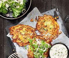 Recept: Majs- och zucchiniplättar med parmesansallad