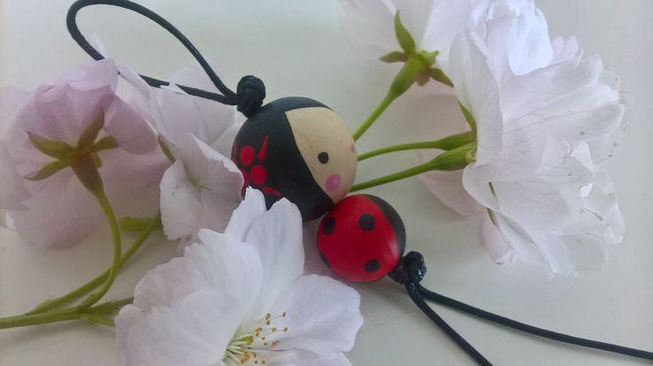 Beruška+s+květinou+přívěšek+z+ručně+malovaných+dřevěných+korálků+délka+obou+korálků+3,2+cm