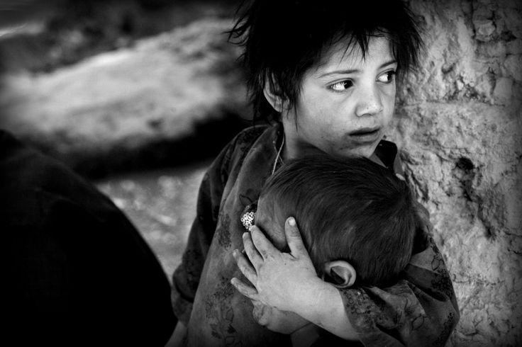 Dit is een foto die ik heb gezien in kamp Vught tijdens een excursie van geschiedenis. Het is een foto gemaakt door Marielle van Uitert, een oorlogsfotograaf in landen als Irak en Syrië. Op deze foto zie je een meisje uit Afghanistan die haar broertje beschermd voor wat er gebeurd in de wereld om hen heen. Ik vind dit een heel mooie foto, omdat het laat zien wat oorlog doet met kleine kinderen. Ook de zwart-wit bewerking vind ik gaaf. Dat geeft de foto een wat dramatischer effect.