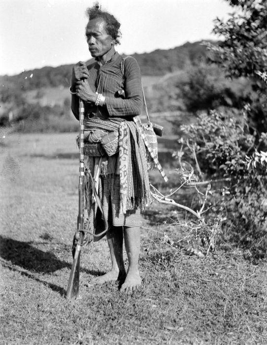 COLLECTIE TROPENMUSEUM De boswachter van de Radja van Amarasi in dagelijkse kleding en met vuursteengeweer.
