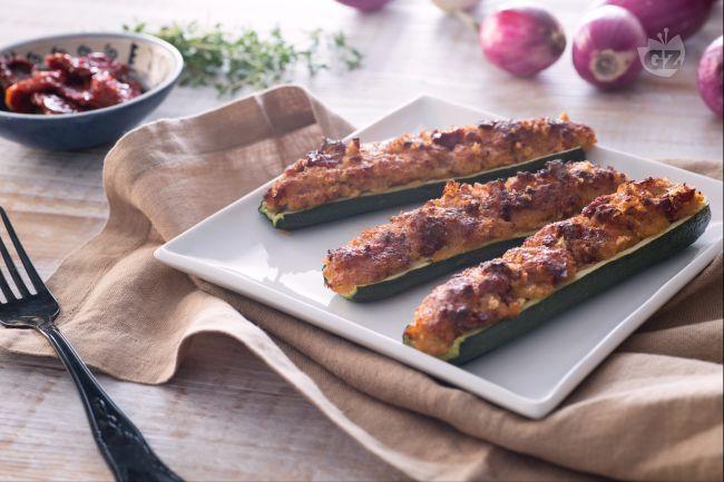 Le zucchine ripiene vegetariane sono un gustoso antipasto, contorno o secondo con una farcitura a base di pomodori secchi, pane, timo e parmigiano.