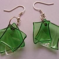 Earrings made out of Plastic bottle... marvelous Use Google translate