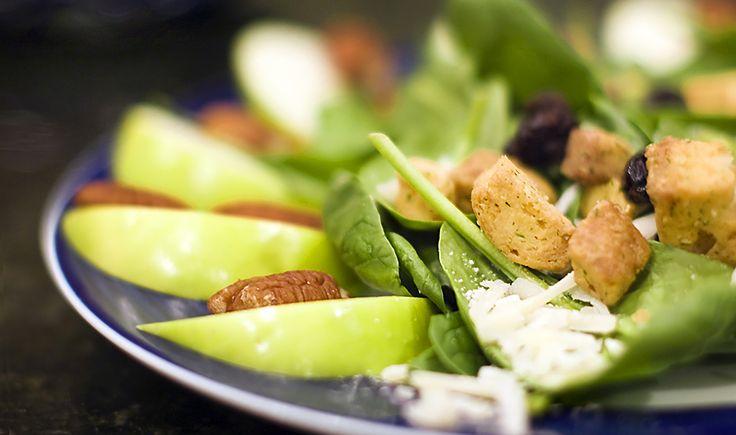 Voor 6 Personen Deze fabelachtige salade maakt u het best met rijpe, maar stevige peren. Benodigdheden 2 eetlepels sherry azijn, cider azijn 1 theelepel honing 1⁄4 kop olijfolie zout en peper naar smaak 8 kop gemengde groene slabladeren 1⁄2 kop halve walnoten, gebrand 1⁄2 kop blauwe kaas, roquefort of stilton 3 peren, geschild, geboord, en …
