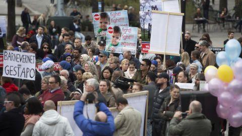 Trommer, slagord og hornmusikk da enorm folkemengde protesterte mot norsk barnevern i Chicago