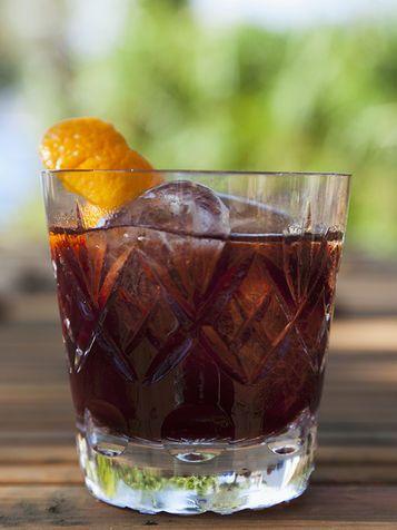 Negroni Sbagliato Un cocktail più al maschile, creato negli anni sessanta a Milano: è il Negroni Sbagliato.  Per prepararlo hai bisogno di ghiaccio, 1/3 di spumante brut, 1/3 di Martini Rosso, 1/3 di Campari e mezza fetta di arancia.  In questo caso non devi tritare il ghiaccio ma metterlo semplicemente nel bicchiere, dove poi aggiungerai gli altri ingredienti. Mescola bene il tutto e decora con l'arancia.