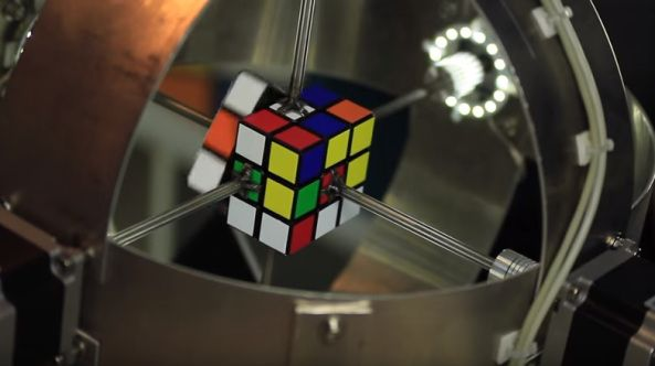 En #video #robot que resuelve el cubo de #Rubik en menos de 1 segundo  Dispositivos curiosidades maquinas record video