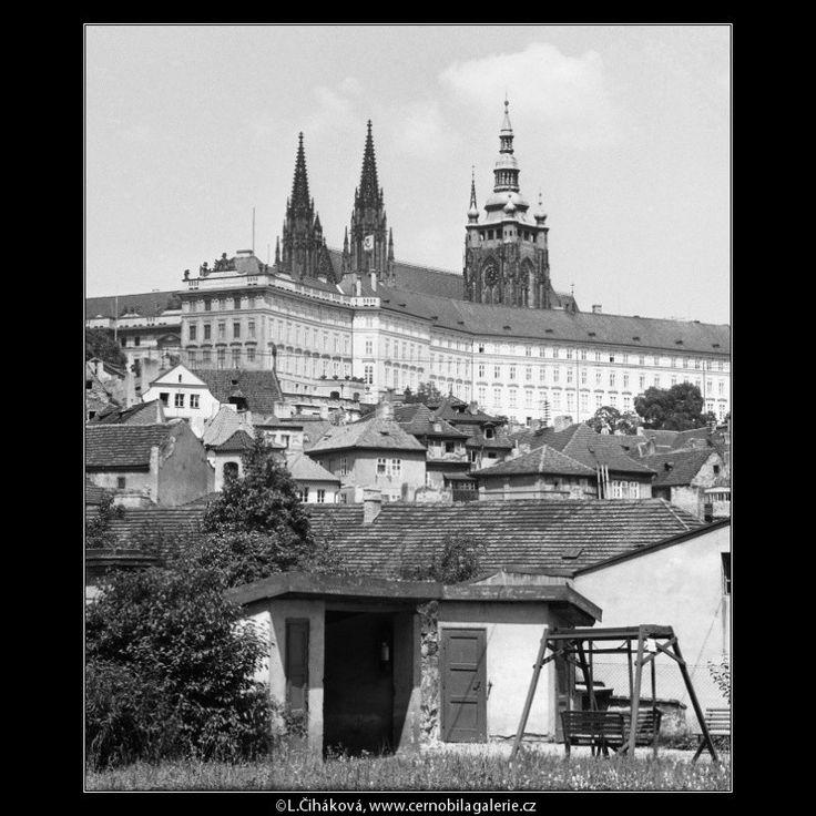 Pražský hrad (2302-4) • Praha, červenec 1963 • | černobílá fotografie,slunce, ze hřiště, střechy |•|black and white photograph, Prague|