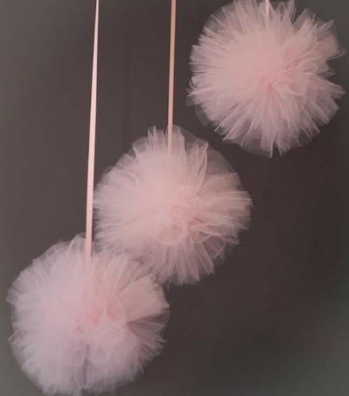 tyllbollar http://www.marthastewartweddings.com/226788/tulle-or-net-pom-poms-how    http://www.momdot.com/how-to-make-a-tulle-pom-pom-ball-tutorial
