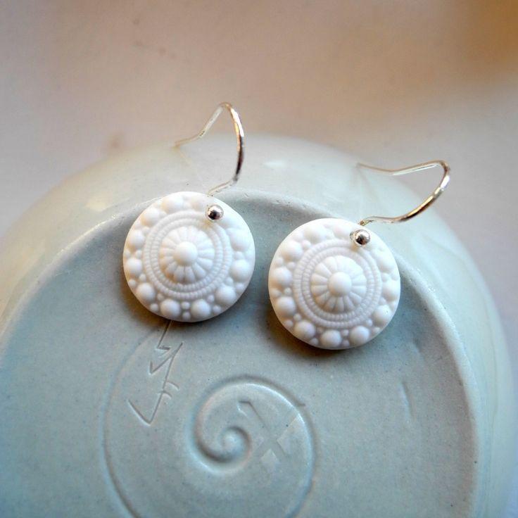 Zeeuwse knoopje...Een mooi en klassiek traditioneel porseleinen oorbelletje.Deze oorbellen lijken sprekend op de bekende zeeuwse knoop.Dit paartje is gemaakt van puur hoog gestookt wit porselein - in disc uitvoering.Ongeglazuurd gelaten voor een mooie matte stijl. Afmetingen:Diameter porseleinen zee