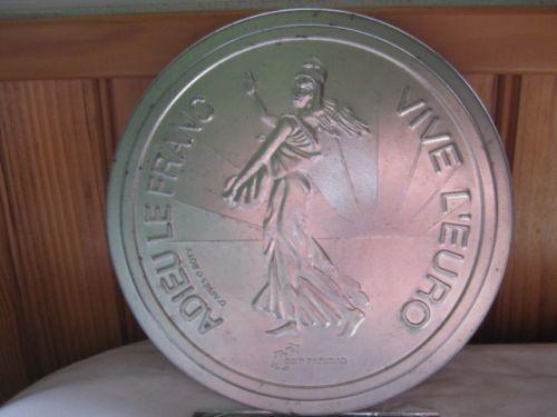 BELLE-BOITE-RONDE-publicitaire-18-diam-EN-FER-BLANC-adieu-le-franc-VIVE-L-EURO