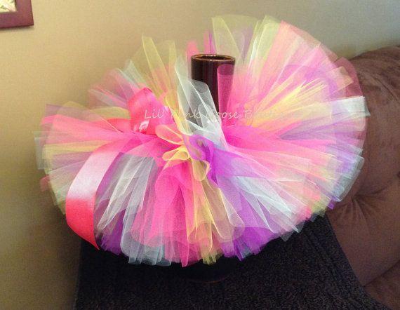 ¡Bienvenido a Lil Rosa Boutique de ganso! Este cumpleaños niña Tutu viene en cuatro colores color de rosa caliente, púrpura, cal y Aqua/azul y luego remata con un caliente rosa/arco de la cinta. Aquí está mi venda que empareja...