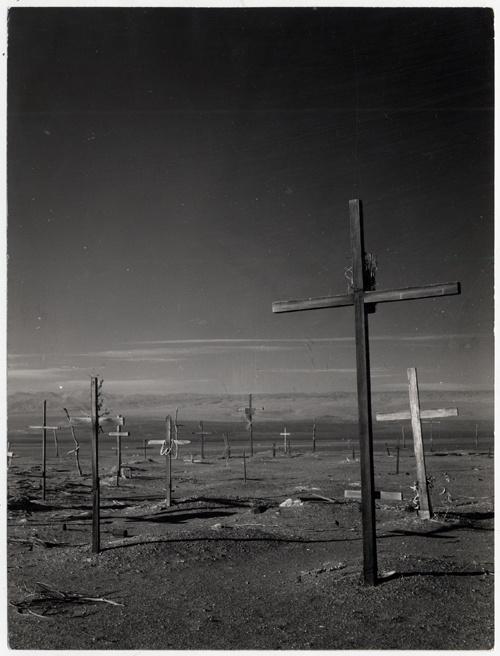 Cementerio en Salitrera abandonada [fotografía] / Antonio Quintana. [ca. 1955] Fotografía : monocromo, gelatina sobre papel fibra ; 18,2 x 24 cm.