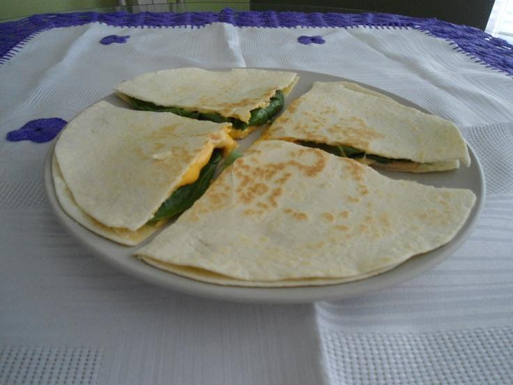 Sincronizada de jamón, queso y espinaca    Ingredientes:   • Dos tortillas de harina o maíz  • Una rebanada de jamón  • Una rebanada de tu queso favorito  • Una o dos hojas de espinaca       Preparación:  1. Calienta un sartén o comal a fuego medio  2. Arma la sincronizada con el jamón, queso y espinaca adentro  3. Calienta a fuego bajo hasta que el queso se derrita.  4. Pártela en cuatro para que tu peque se la coma más fácil