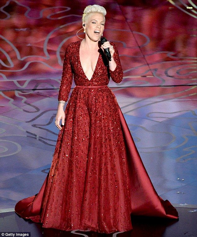 Loving tribute: Singer Pink performs Over The Rainbow onstage during the Oscars #gowningaround #shorthairglam