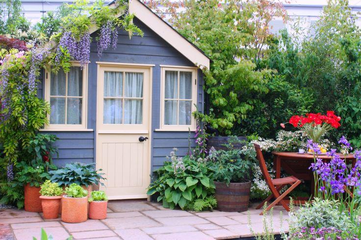 Tuinhuisjes, blokhutten en veranda's zijn in trek. Ze bieden beschutting bij slecht weer en koele avonden, zodat je dan toch lekker buiten een boek of tijdschrift kunt lezen, gezellig samen een drankje kunt doen of je op je hobby kunt uitleven. Dat betekent dus langer en vaker genieten van je tuin en het buitenleven. Je moet er uiteraard wel de ruimte - en budget - voor hebben…