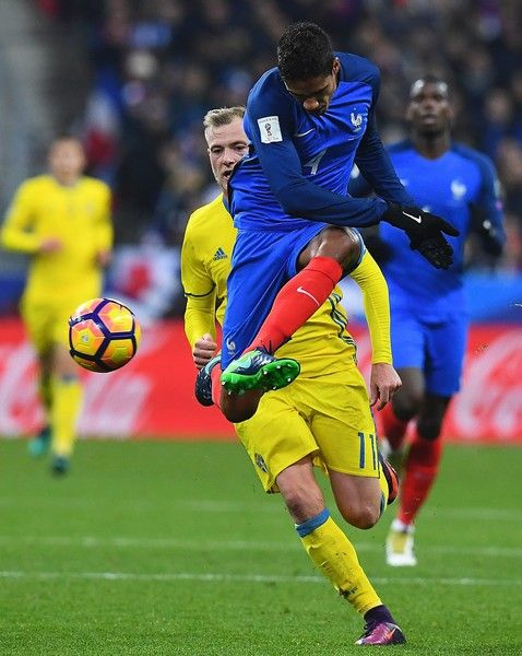 France's defender Raphael Varane (R) challenges Sweden's forward John Guidetti during the 2018 World Cup group A qualifying football match between France and Sweden at the Stade de France in Saint-Denis, north of Paris, on November 11, 2016. / AFP / FRANCK FIFE